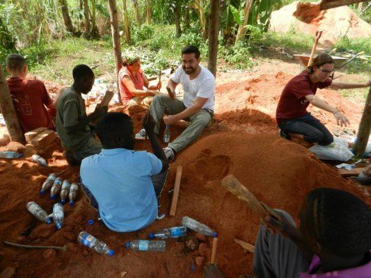 Karmalaya: Matthias Eckert mit Voluntären bei Bau-Workcamp in Uganda.
