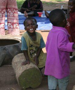 Kinder beim Toben im Childcare Center Projekt in Uganda