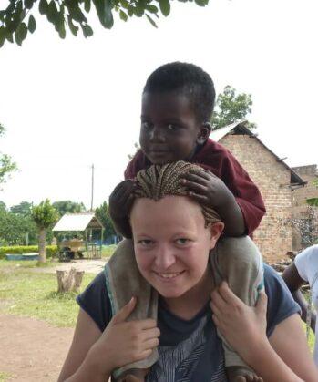 Volontärin mit Kind im Kinderbetreuungsprojekt von Karmalaya