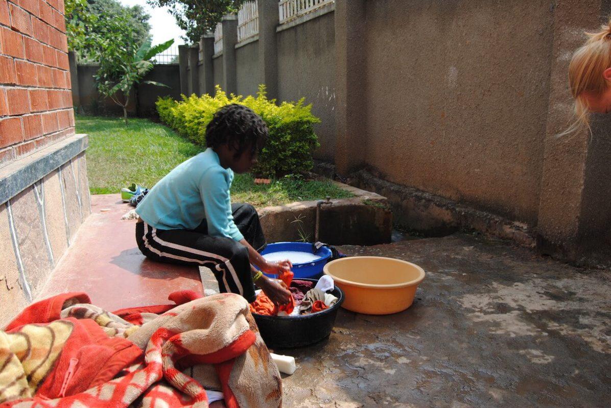 Wäsche waschen im Volontärhaus in Kampala