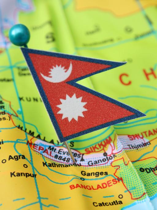 Nepalflagge auf Landkarte. Nepal ist das Pilotland der Kaliis-Lernreisen.