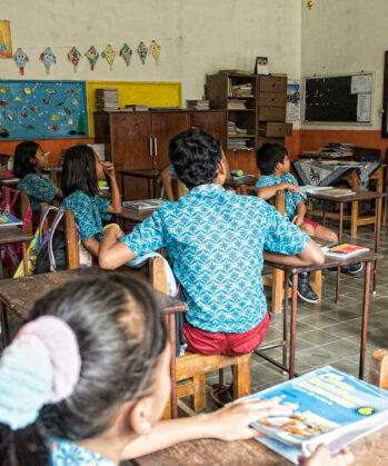 Kinder beim Unterricht im Klassenzimmer im Slum-Projekt auf Java