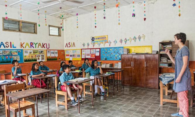 Klassenzimmer mit Kinder vom Slum-Projekt auf Java
