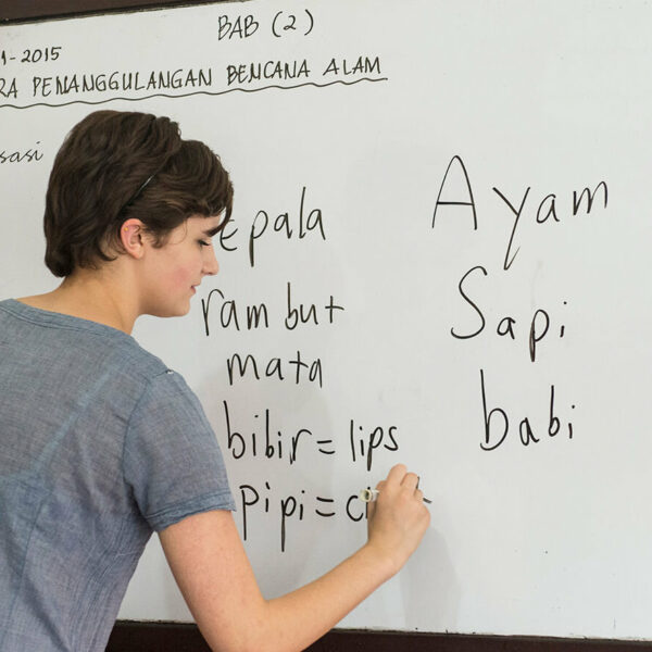 Voluntärin an der Tafgel beim Unterricht im Slum-Projekt auf Java