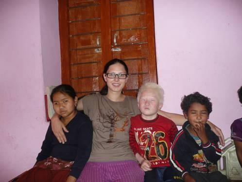 Volontärin Dolores mit blinden Kindern in Swaragau, Nepal