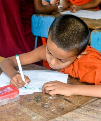Mönch beim Schreiben