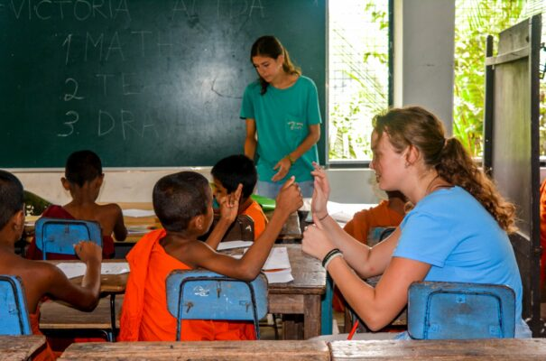 Volontärin beim Unterrichten im Klosterprojekt Sri Lanka