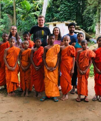 Freiwilliger im Klosterprojekt unter Mönchen