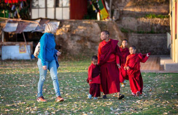 Frau mit Nonnen im Kloster
