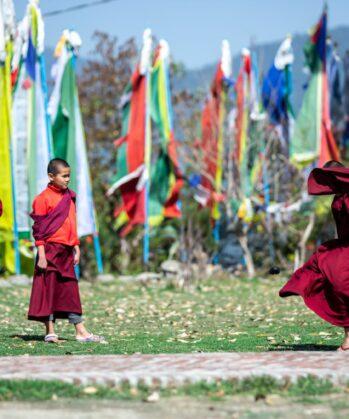 Junge Mönche genießen Freizeit im Kloster