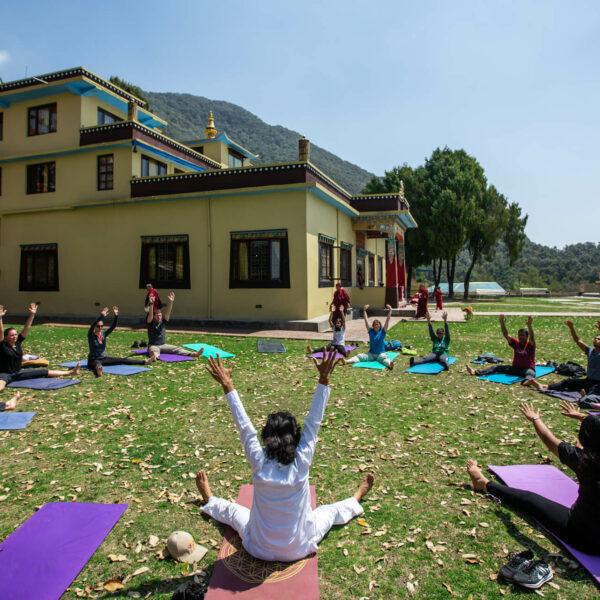 Yoga-Einheit im Kloster in Nepal