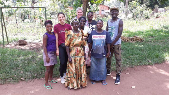 Reisende mit Einheimischen in Uganda