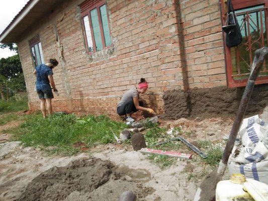 Volontäre helfen beim Hausbau in Uganda