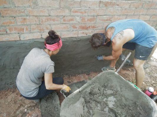 Volontäre beim Aufbau eines Community-Centers in Uganda