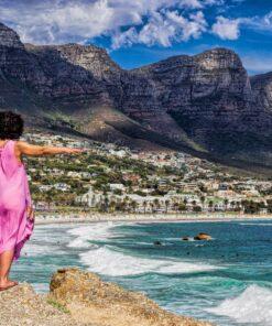 Frau mit ausgestreckten Armen in Camps-bay, Kapstadt, Südafrika