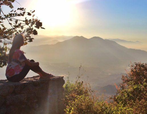 Reisende blickt auf Annapurna-Gebiet in Nepal
