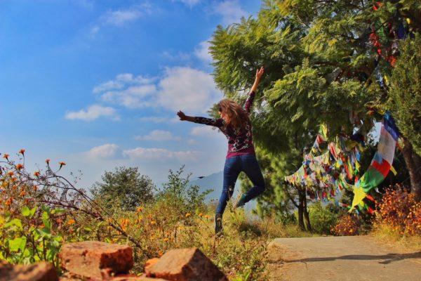 Freudensprung während Trekking-Tour in Nepal