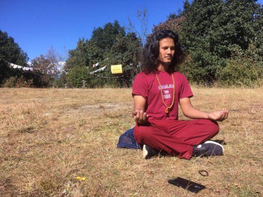 Jarmalaya Yoga-Guide meditiert im Kloster in Nepal