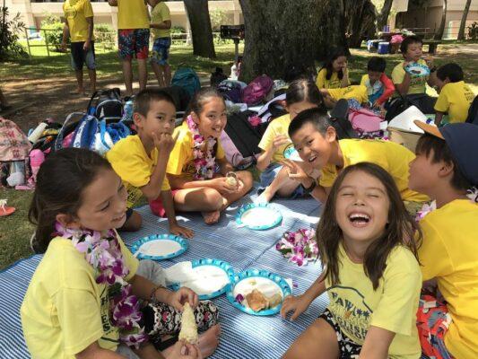 Fröhliche Kinder beim Mittagessen auf Hawaii