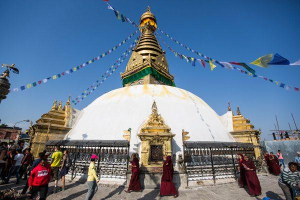 Pilger wandern um die Stupa in Kathmandu