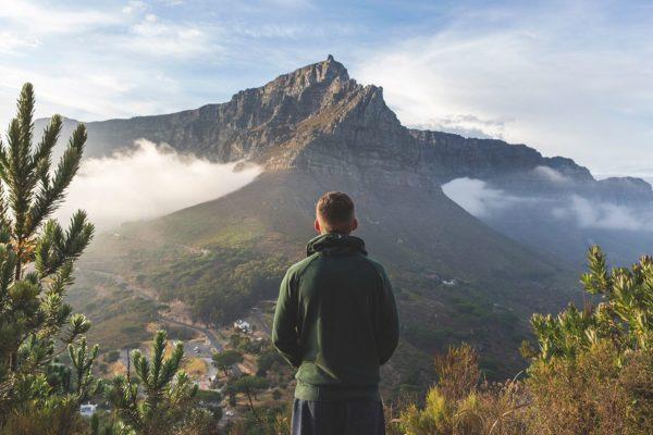 Mann blickt auf Tafelberg in Kapstadt, Südafrika
