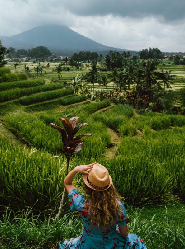 Frau blickt auf Reisterrassen in Bali, Indonesien