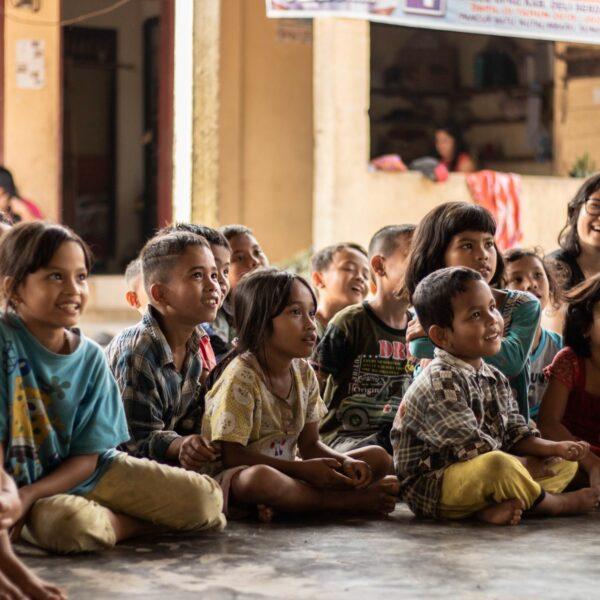 Sitzende Schulkinder in Indonesien