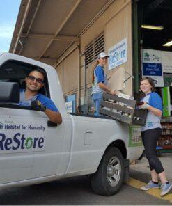 Volontäre im ReStore Projekt Hawaii beladen das Auto