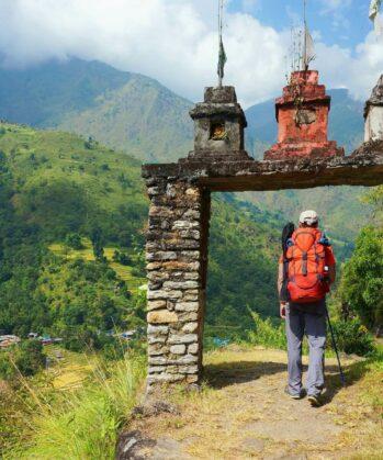Mann geht durch Steinbogen auf Annapurna-Circuit in Nepal