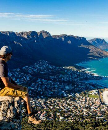 Mann blickt vom Tafelberg auf Kapstadt hinunter