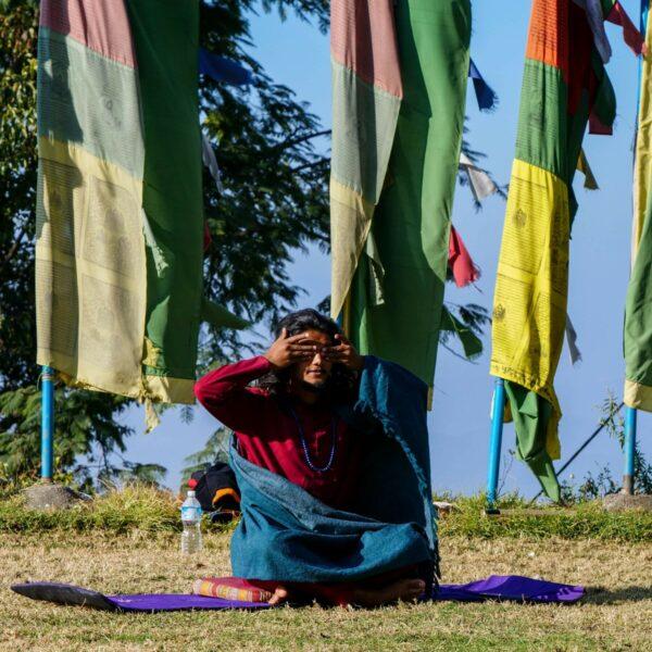 Yoga-Lehrer verschließt die Augen im Kloster