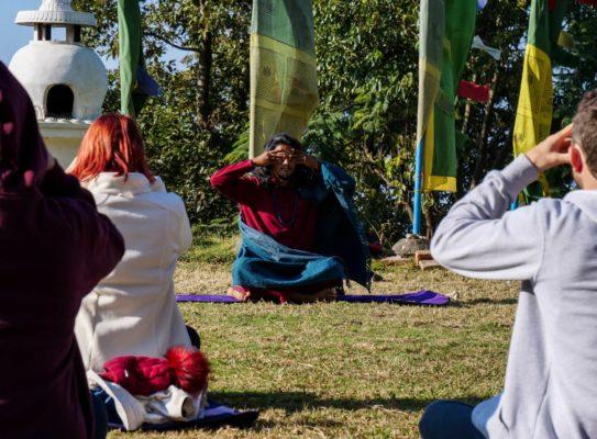 Reisende praktizieren Yoga im Kloster in Nepal