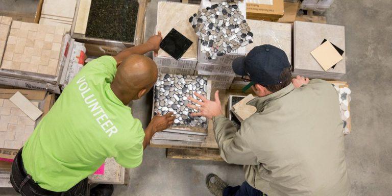 Zwei Männer sehen sich Produkte im ReStore auf Hawaii an