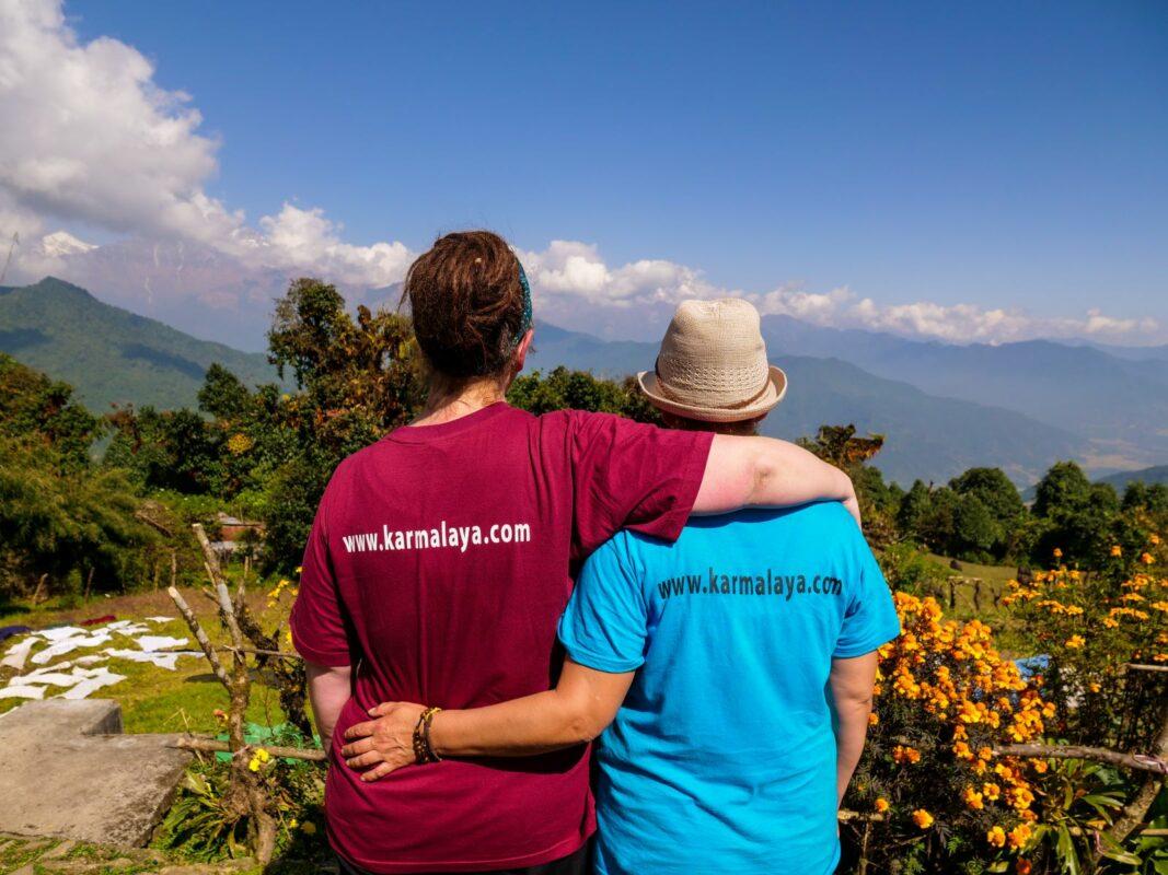Zwei Karmalaya Reisende blicken in die Berge