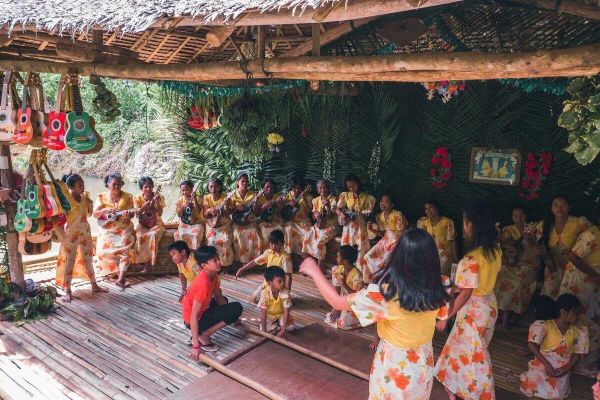 Philippinische Kinder tanzen