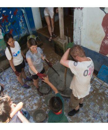 Volontäre engagieren sich gemeinsam im Bauprojekt