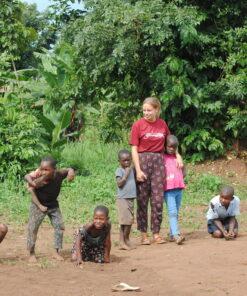 Volontärin spielt mit ugandischen Kindern