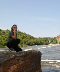 Reisende steht vor Murchison Falls in Uganda