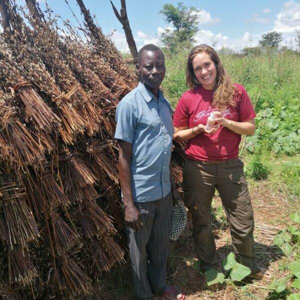 Voluntärin mit Farmer und Zahnöl - Arua, Uganda