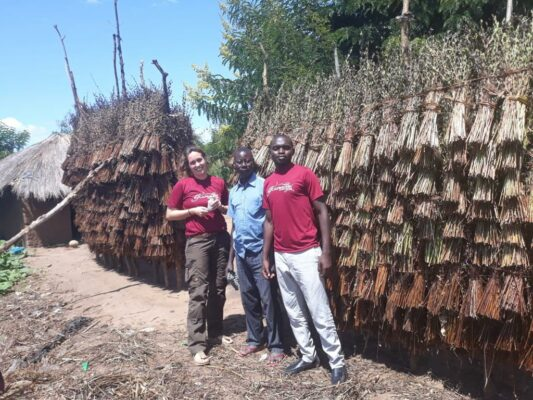 Karmalaya Koordinator zu Besuch bei Sesambauern in Uganda