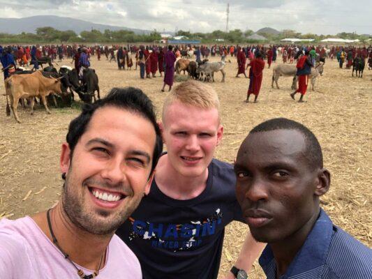 Reisende im Maasai-Dorf
