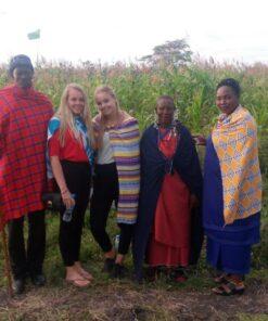 Reisende während Kulturerfahrung Maasai