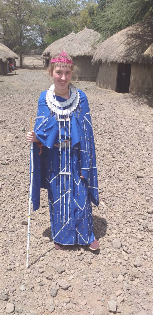 Reisende in traditionellem Maasai-Kleid