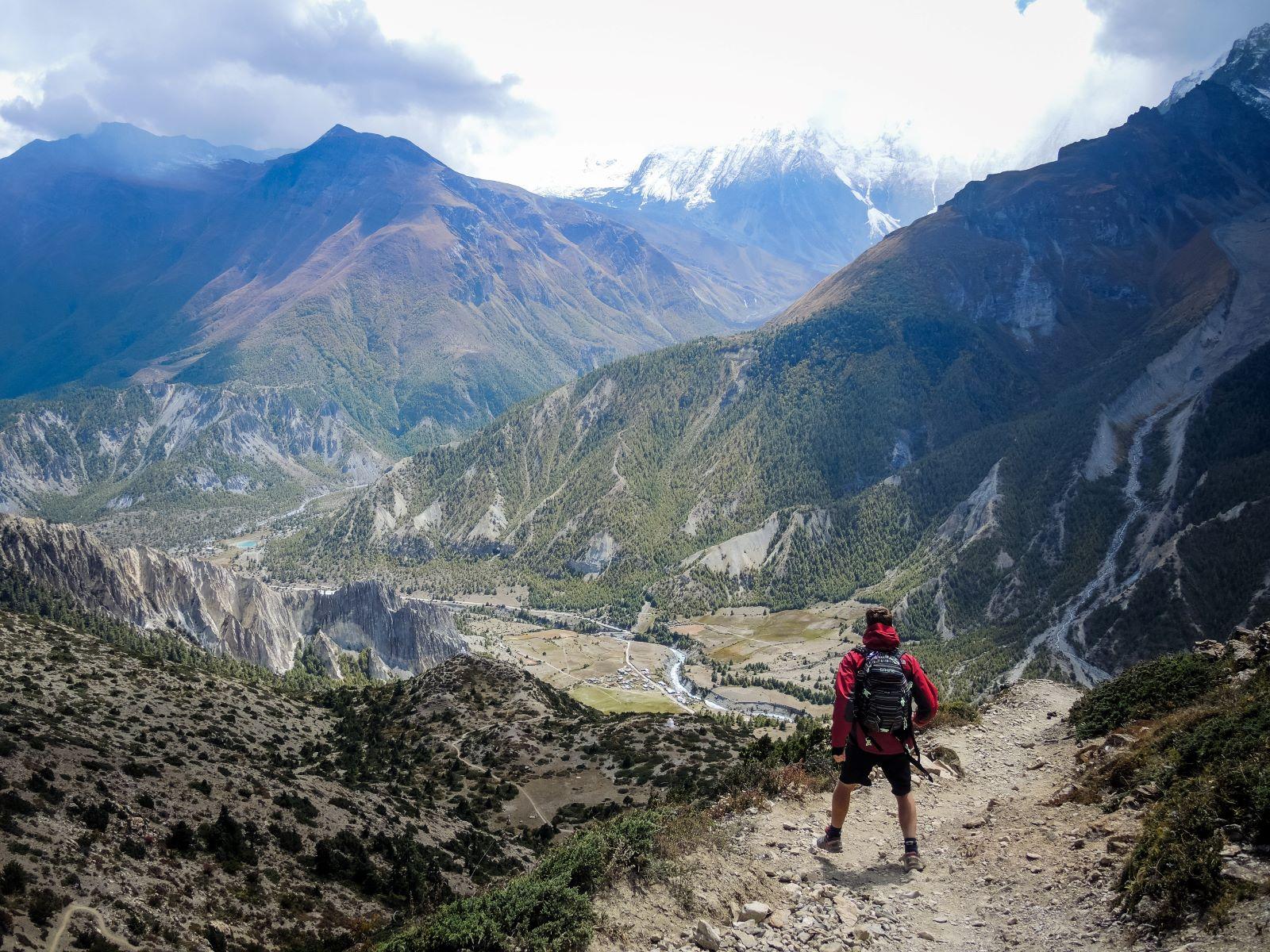 Mann im Annapurna-Circuit unterwegs in Nepal