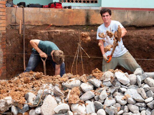 Zwei Volontäre beim Schaufeln auf der Baustelle in Costa Rica