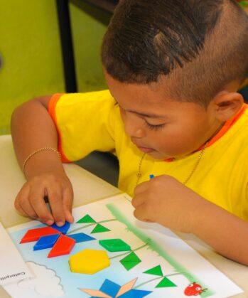 Junge bastelt im Childcare Center Projekt
