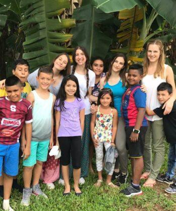 Gruppe von Kindern und Volonätren
