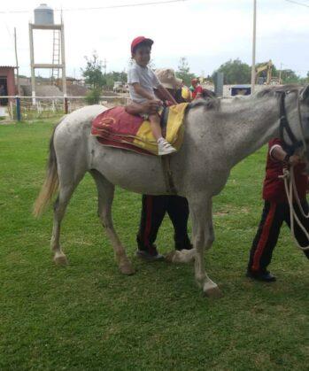 Beeinträchtigtes Kind reitet auf Pferd