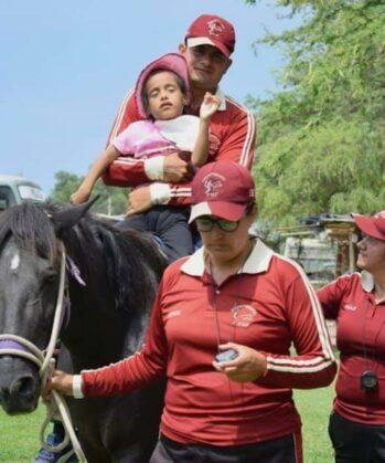 Equine Therapie - beeinträchtigtes Kind reitet